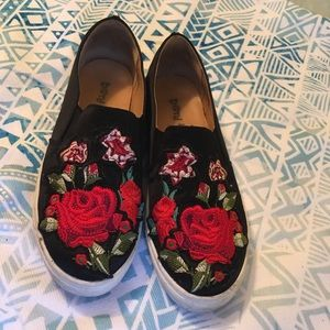 Slip on sneakers with embroidered flowers